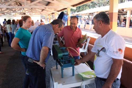 Agricultor demonstra sua criação para público na Agrifam (foto: Giuliano Martins/Arq Fetaesp)