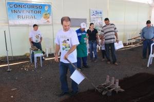 Ganhador do primeiro prêmio do Concurso Inventor Rural, Sérgio Resner apresentou uma Semeadeira Manual de Hortaliças (foto: Giuliano Martins)